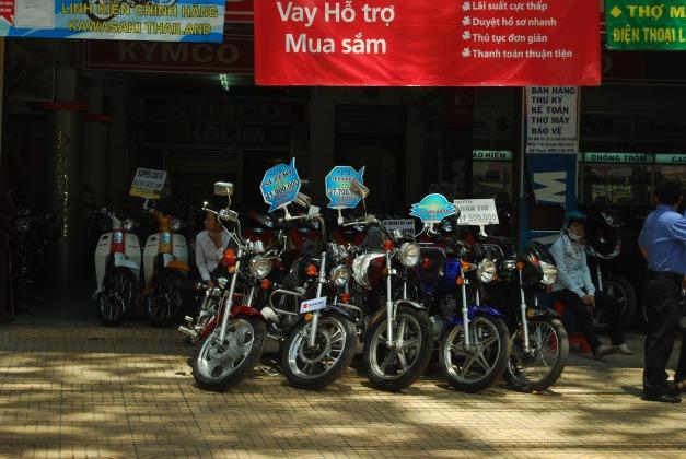 motosikal di vietnam 1 usd = 17,000 = atau 1usd = RM3.50,motosikal yang tertera itu 41juta 9 ratus ribu atau bersamaan dengan USD 2464 atau jika di tukar ke RM +- RM8624.00 downpayment,mengikut kata guide kami harga motosikal di sini sekitar 5000 USD - 7000 USD = RM lebih kurang 20 RM.