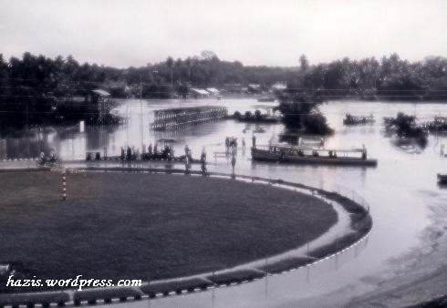 dahulu di jalan bukit angin terdapat bulatan_banjir  1975