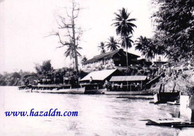 Jeti penambang di Sungai Pahang_dan kelihatan romah pasong di tebing Sg Pahang