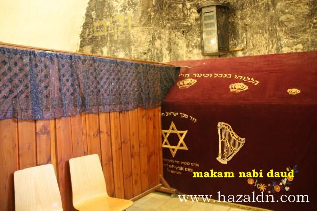 Makam Nabi Daud. Ia dipisahkan antara lelaki dan perempuan yang ingin melawat. Nabi Daud dianggap raja terhebat bagi orang Yahudi