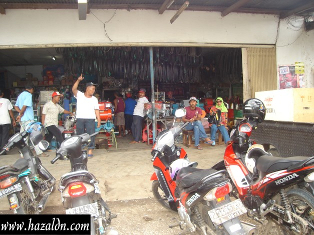 Kedai runcit di Kampung Halimah ( Pembantu Rumah di Kampung )