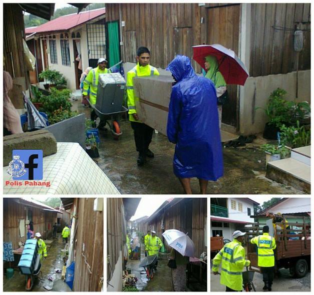 Anggota balai polis Jerantut membantu memindahkan harta benda mangsa banjir ke tempat selamat di Kg Bandar Pulau Tawar,Jerantut.2
