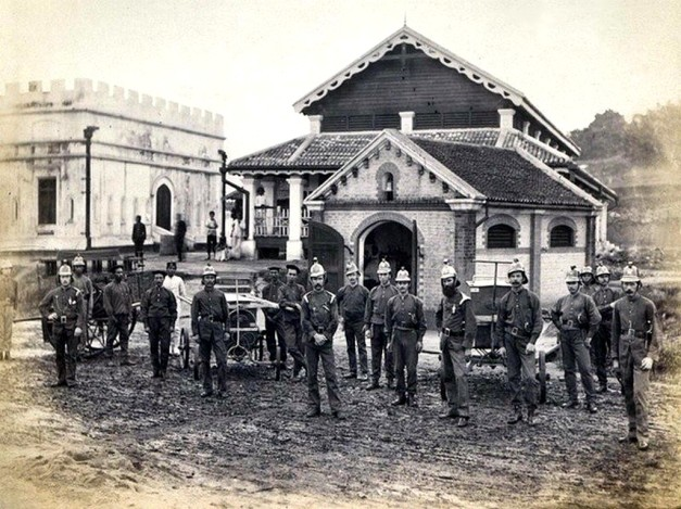 1. 1888 – Sukarelawan kebakaran di Jalan High Street ( kini Jalan Tun HS Lee). Ya anda tak silap baca, ini gambar dari zaman 1888. Jauh di masa silam.