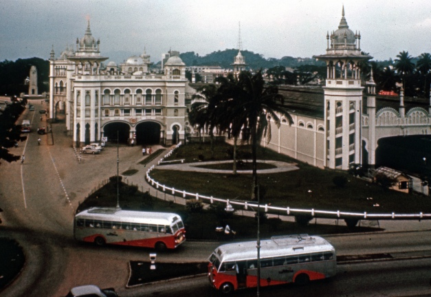 12. 1960 – 2 bas di Jalan Sultan Sulaiman, berhampiran stesen KTM