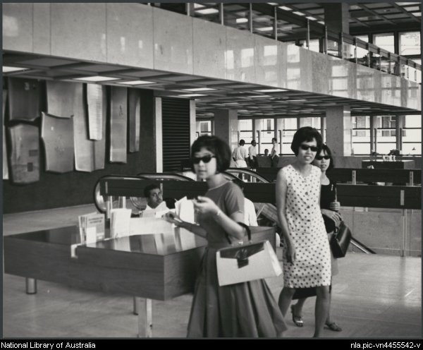 19. 1966 – wanita dan kacamata. Ini adalah di dalam bangunan Standard Chartered Bank, Jalan Melaka, KL. Teringat pop yeh yeh!