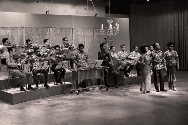 24. 1972 – Orkestra RTM mengiringi sebuah persembahan TV Malaysia iaitu rancangan Keroncong Merdeka 1972