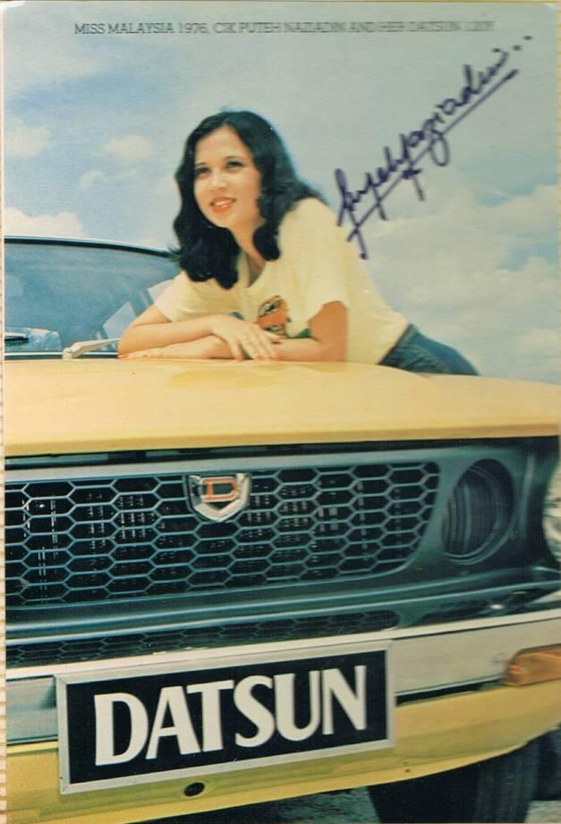 25. 1976 – Miss Malaysia Cik Puteh Naziadin dan kereta Datsun 120Y. Wah wah, memang cantik lah!