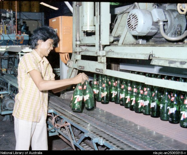 28. 1982 – Seorang pekerja mengendalikan botol minuman 7UP di kilang Kuala Lumpur Glass Manufacturers Company