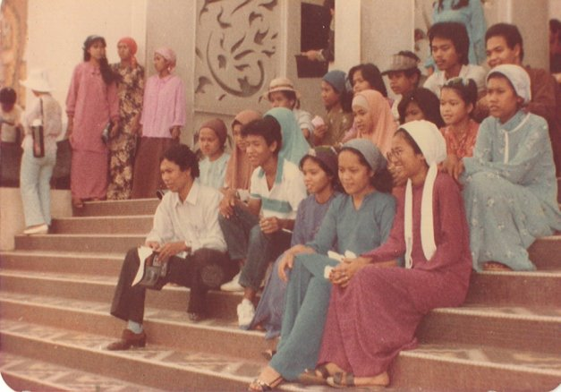29. 1983 – Di hadapan Kompleks Dayabumi. Lihatlah fesyen tudung orang dulu-dulu.