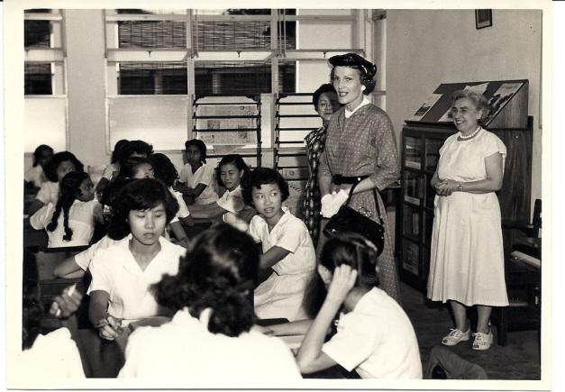 9. 1953 – Isteri President Richard Nixon melawat Sekolah Perempuan Methodist